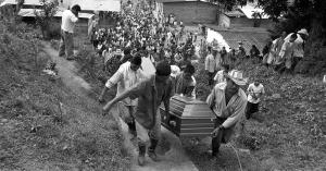 SAN JOSE DE APARTADO, MASACRE  La comunidad tenía razón Paras y militares habrían actuado juntos en la masacre de San José de Apartadó. Tanto, que la semana pasada fue capturado un capitán del Ejército. Foto: Jesus Abad Colorado. Fecha: 11/24/2007  Ed. 1334 P. 50, 51